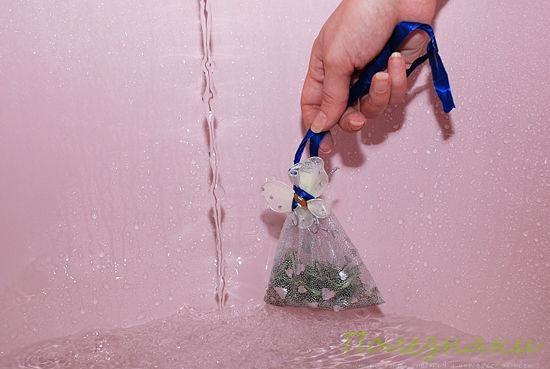 Для принятия ванны повесьте пакет под струю воды или поместите