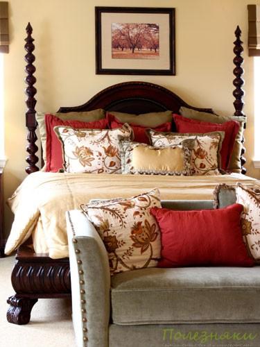 1. Поставьте в спальне стильный стул или кресло