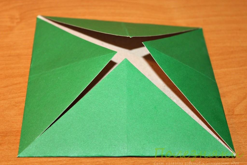Складываем уголки квадрата к центру