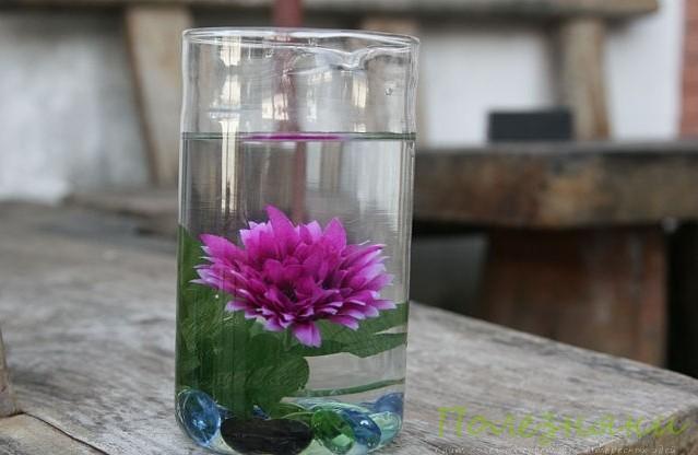 Расставьте заполненные вазы в комнате или на столе