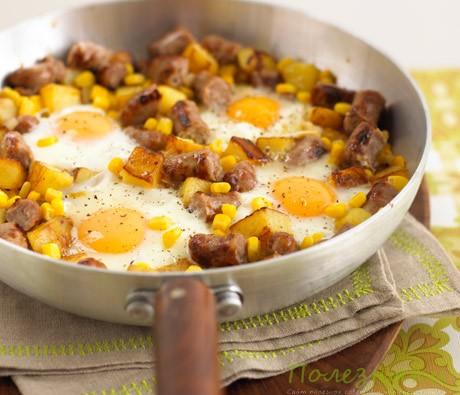 Сосиски с яйцами и овощами