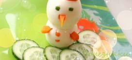 Украшаем новогодний стол: «Съедобный снеговик» из яиц