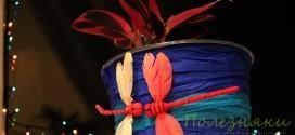 На обновлённый цветочный горшок прилетели две милые стрекозки