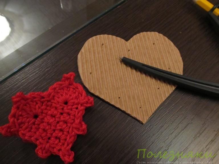 Прикрепляем вязаное сердце к картонному