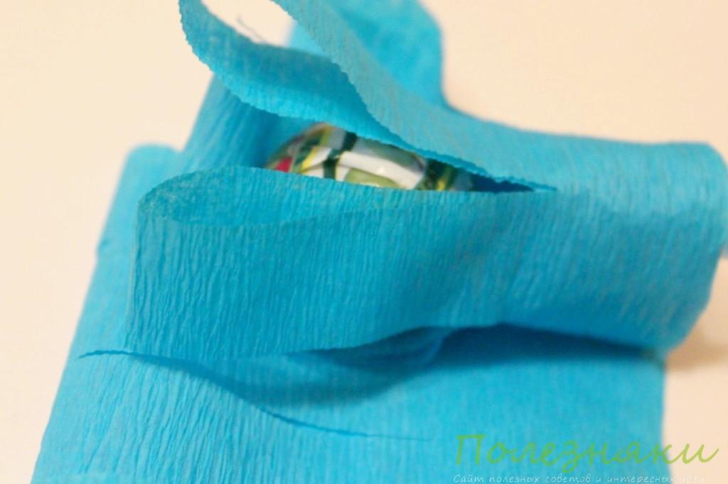 закручивать креповую бумагу вокруг карамели
