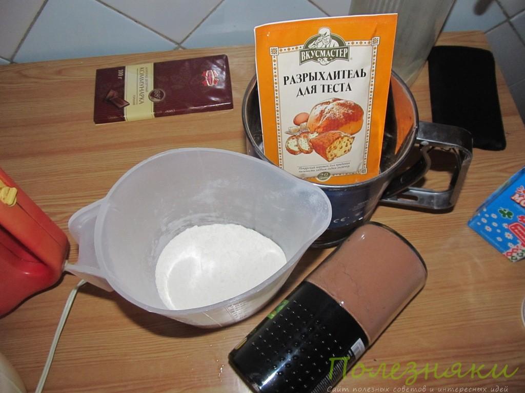 Добавляем муку, разрыхлитель и какао