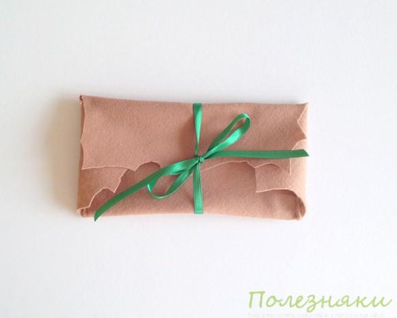 Заправляем ленту в прорези конверта