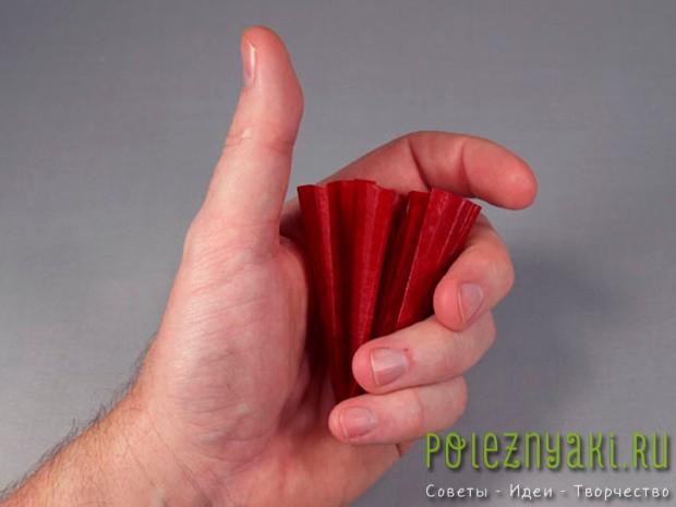 сожмите бумагу в кулаке