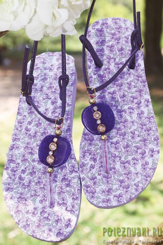 Идея украшения фиолетовых шлепок с цветочками бисером