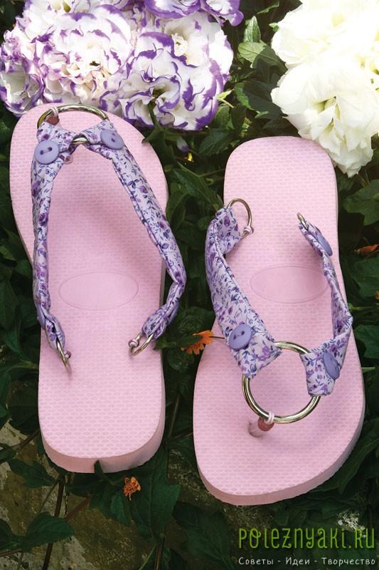 Идея украшения розовых шлепок пурпурной тканью и металлическими кольцами