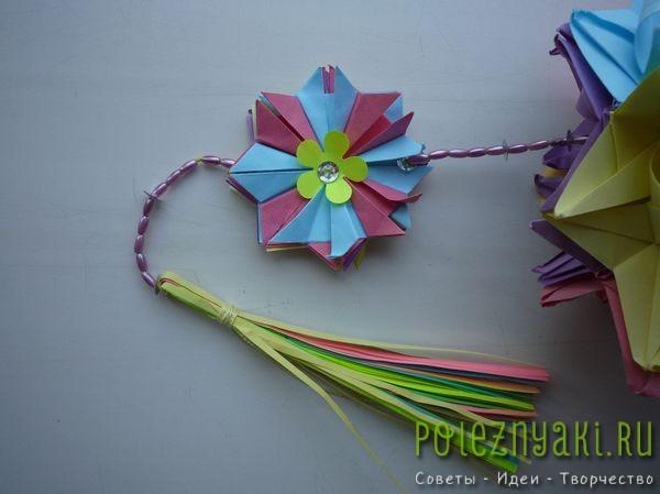 Склеиваем вместе цветки оригами