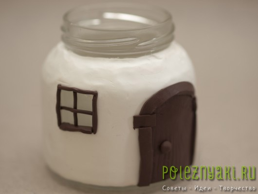 из полимерной глины сделайте оконные рамы и двери