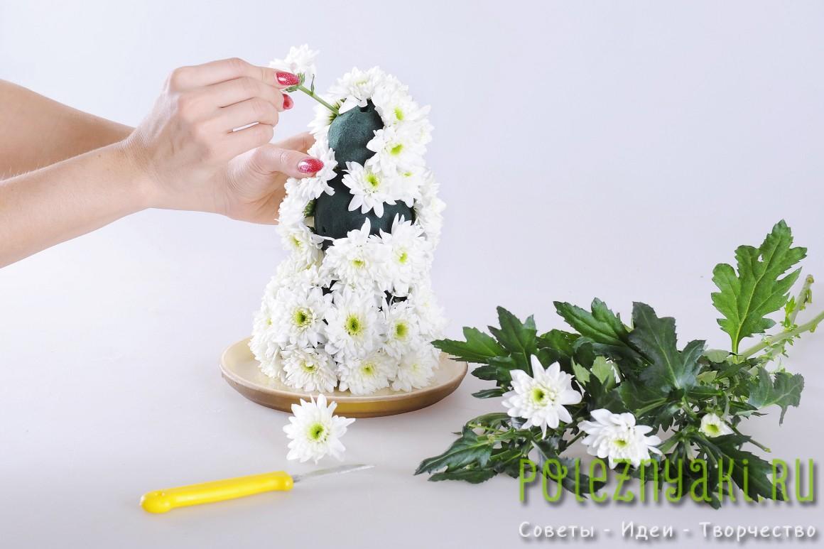 Отрежьте цветки хризантем от веточек