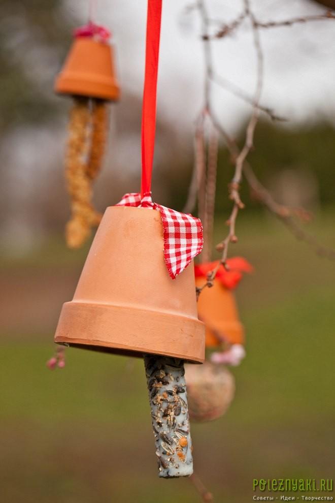 Кормушки для птиц, изготовленные из глиняных цветочных горшков