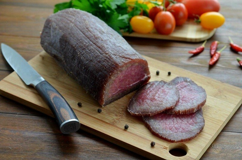 Заливаю говядину водкой со специями на 3 дня и подаю на праздничный стол. Вкус – почти как Карпаччо, но вкуснее, на мой взгляд