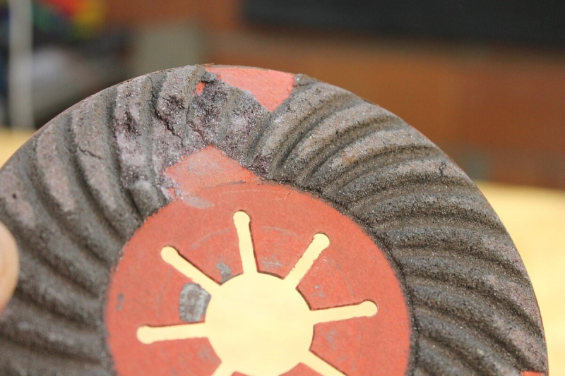 Обычно я выкидываю старые лепестковые диски, но сегодня решил сделать из него полезный инструмент