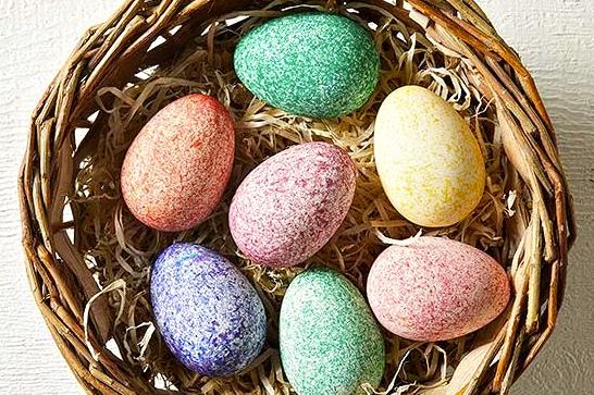 Красим яйца необычным способом