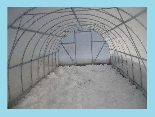 Нужно ли набрасывать снег в поликарбонатную теплицу и для чего?