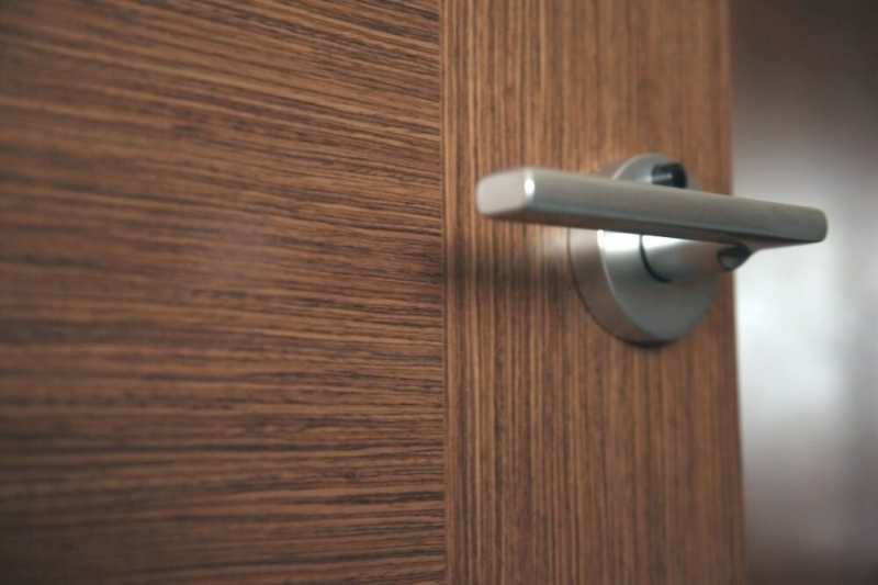 Как обновить старую дверь в домашних условиях