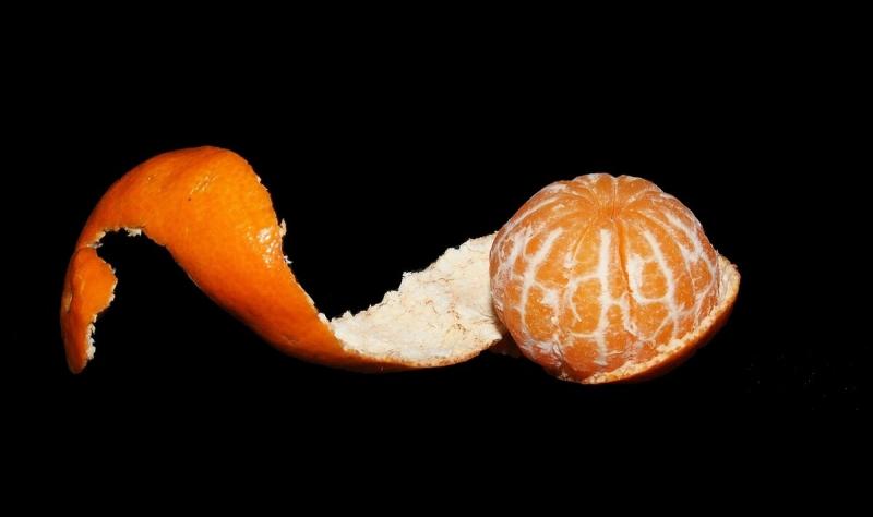 На даче сушеные мандариновые корочки летом будут незаменимы