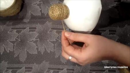 Взяла джут и пластиковую бутылку получилась интересная идея для дома.
