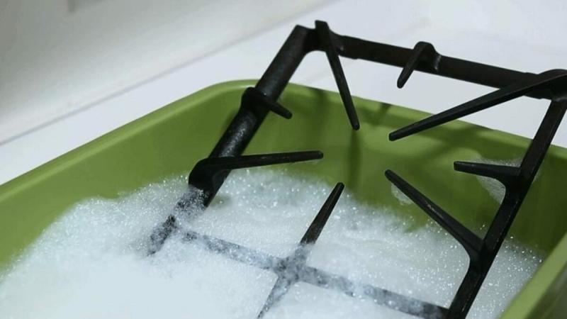 Подписчица подсказала: Решетки от плиты отмыла без особых усилий банальным способом
