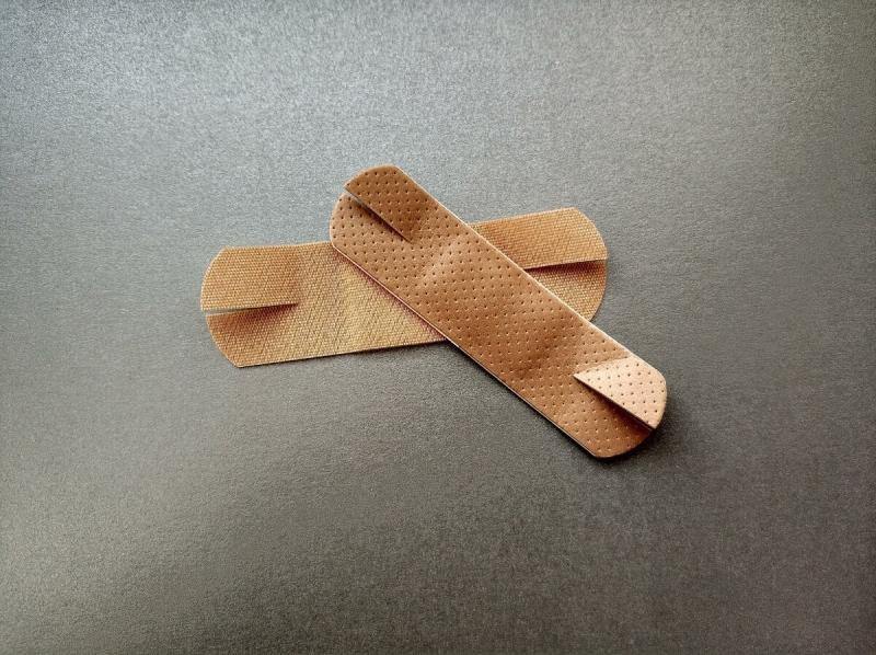 А вы знали, зачем надрезают пластырь перед приклеиванием на рану?