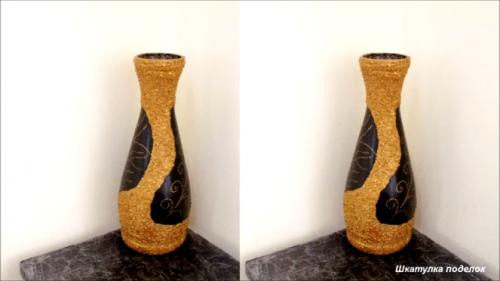 Необычная идея вазы из стеклянной бутылки и яичной скорлупы.